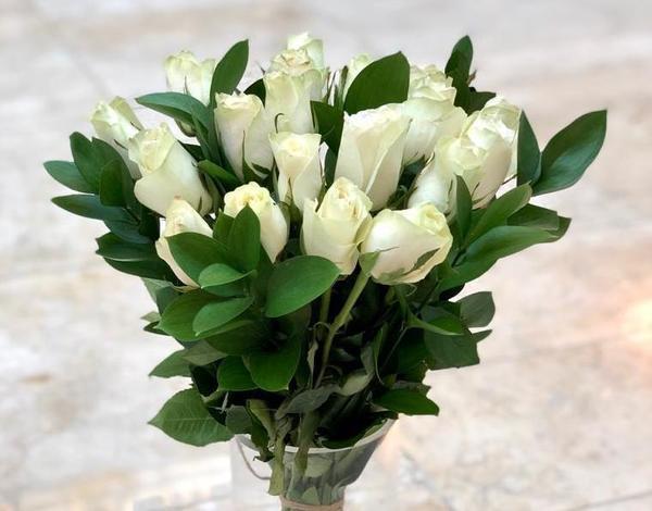 White roses vase 300dhs