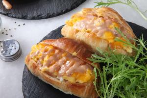 Drivu Scrambled Eggs in Croissant