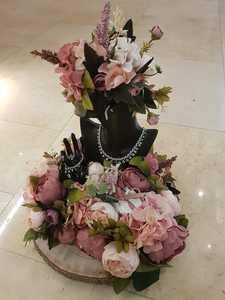Drivu Jewelry Arrangement with Hand